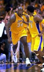Shaq e Kobe festeggiano l'alley-oop con cui stendono i Blazers.